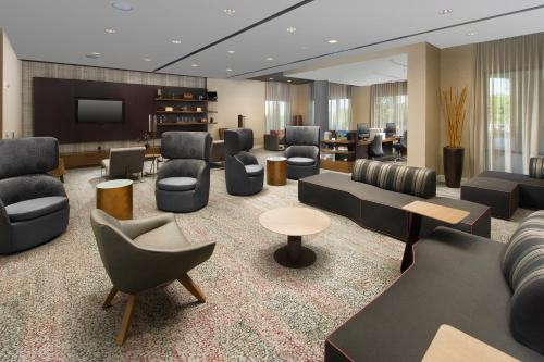 The lounge or bar area at Courtyard by Marriott Atlanta NE/Duluth Sugarloaf