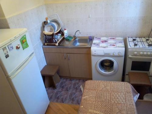 A kitchen or kitchenette at One-room Apartment na Oktyabr'skoi 43