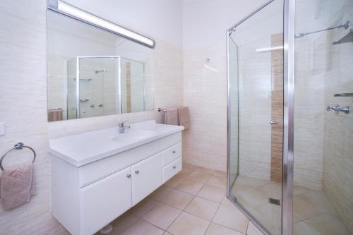 A bathroom at Boulevarde Motor Inn