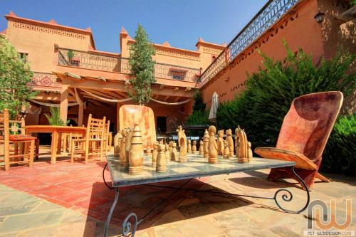 A restaurant or other place to eat at La Perle Du Dades