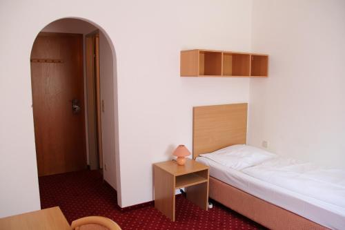Uma cama ou camas num quarto em Snooze Guesthouse