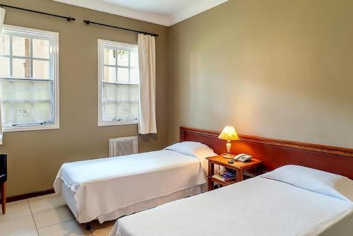 Cama ou camas em um quarto em Vila Real Hotel
