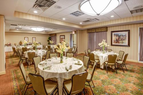 A restaurant or other place to eat at Hilton Garden Inn Lakewood