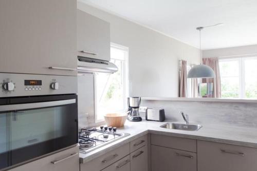 Een keuken of kitchenette bij Strand49 Sint Maartenszee Glamping