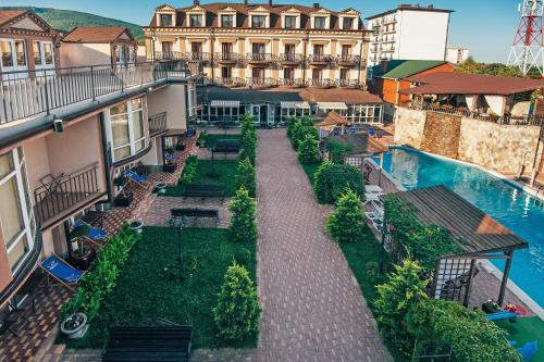 A view of the garden at Marinus Hotel or nearby