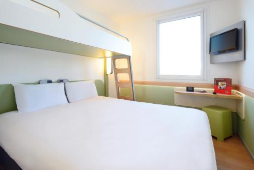 A bed or beds in a room at ibis budget Metz Sud