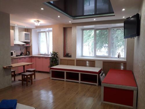 A kitchen or kitchenette at Apartment Kalinina 10