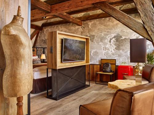 A television and/or entertainment center at PEST-BUDA Design Hotel by Zsidai Hotels at Buda Castle