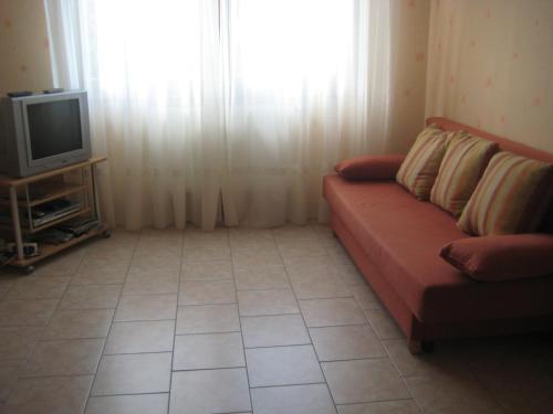 A seating area at Meublé dans Village Typique