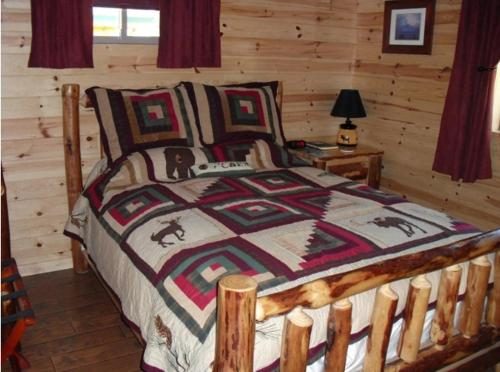 A bed or beds in a room at Cabins on the Bluff
