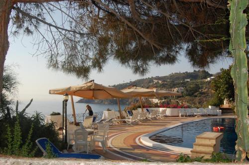 Piscina di Hotel Giardino Sul Mare o nelle vicinanze
