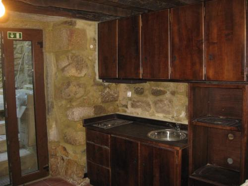 A kitchen or kitchenette at Casa do Castelo de Celorico
