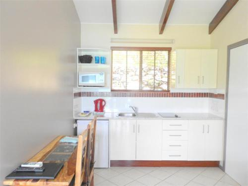 A kitchen or kitchenette at Coral Point Lodge