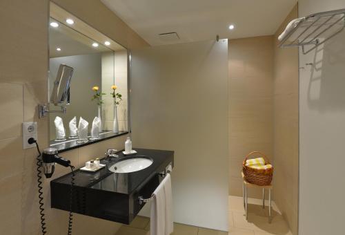 A bathroom at IFA Graal-Müritz Hotel & Spa