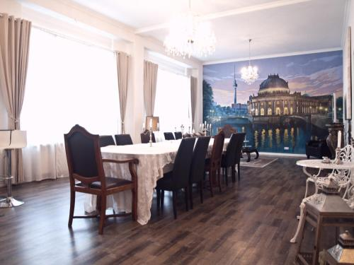 A restaurant or other place to eat at Apartment Prenzlauer Berg