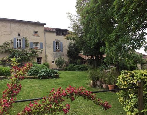 A garden outside Pauliac Chambres D'Hôtes