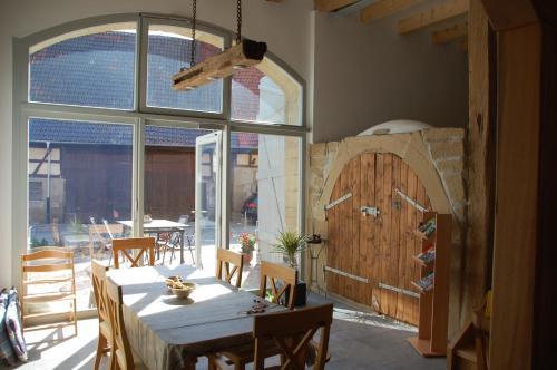 Ein Restaurant oder anderes Speiselokal in der Unterkunft Carles Scheunenhof
