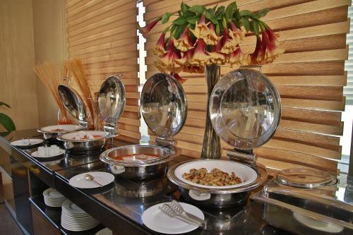 Um restaurante ou outro lugar para comer em Divan Express Baku