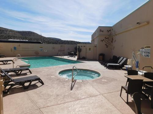 The swimming pool at or near Hualapai Lodge