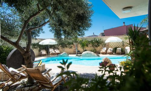 Piscina di Hotel Villa Canu o nelle vicinanze