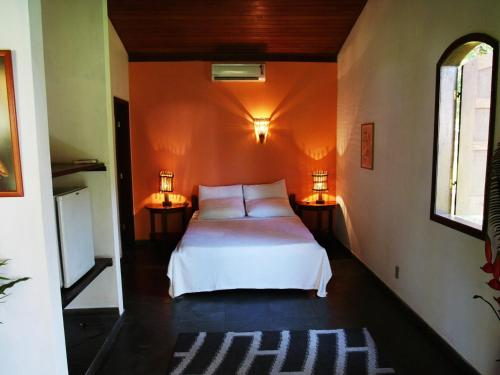 A bed or beds in a room at Hotel Vila Guaiamu