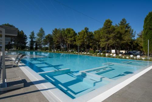Het zwembad bij of vlak bij Canvas Mobil home Valkanela