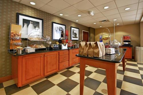 A restaurant or other place to eat at Hampton Inn and Suites New Iberia