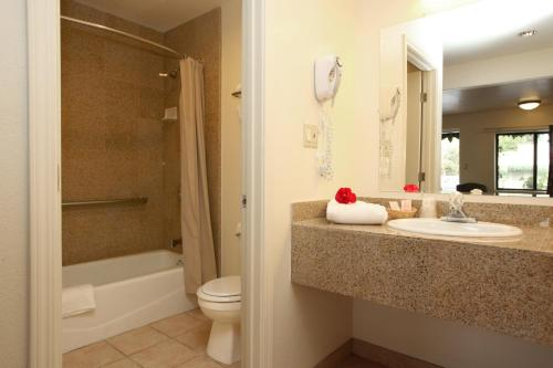 A bathroom at Monterey Oceanside Inn