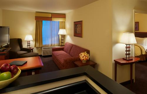 The lounge or bar area at Larkspur Landing Sacramento-An All-Suite Hotel