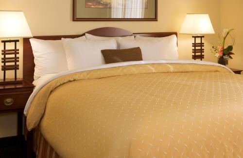 A room at Larkspur Landing Sacramento-An All-Suite Hotel