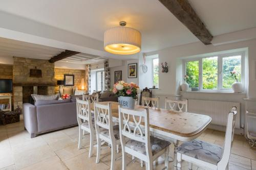 The lounge or bar area at Horseshoe Cottage