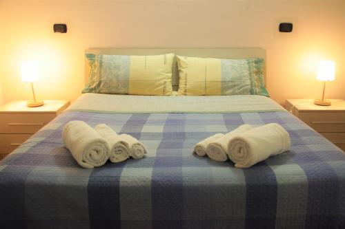 A bed or beds in a room at Hello Roma B&B