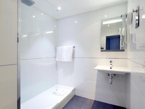 A bathroom at Kyriad Paris Ouest - Bezons La Défense