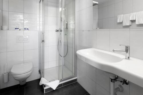 A bathroom at Hotel Lenzburg