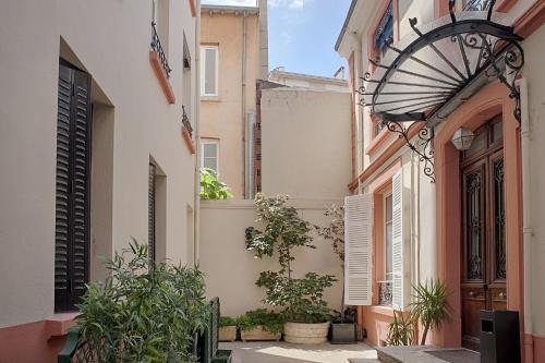 A porch or other outdoor area at Hôtel des Facultés
