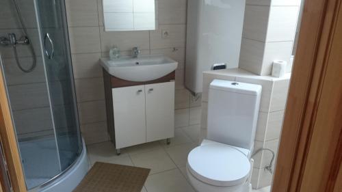 Łazienka w obiekcie Modrzewiowa Chata