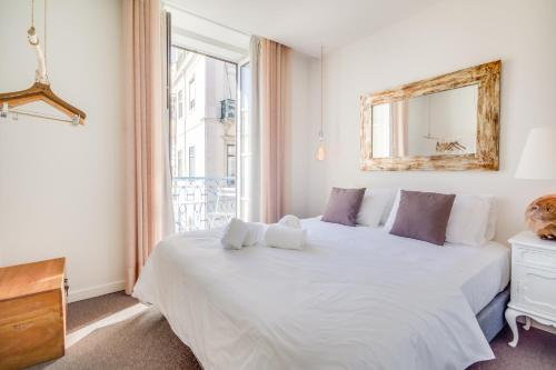 A bed or beds in a room at Chiado 44