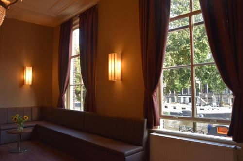 A seating area at Ozo Hotels Armada Amsterdam