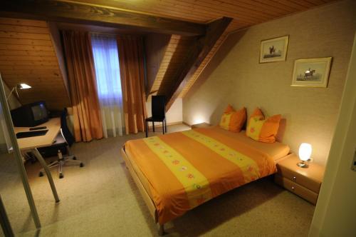Ein Bett oder Betten in einem Zimmer der Unterkunft Hôtel de la Croix-Blanche