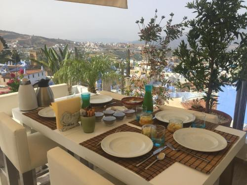 A restaurant or other place to eat at La Petite Chefchaouen