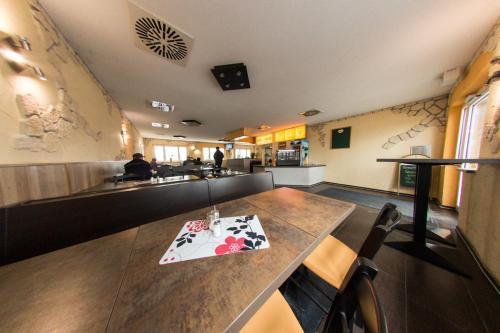 Ein Restaurant oder anderes Speiselokal in der Unterkunft Hollis Rast