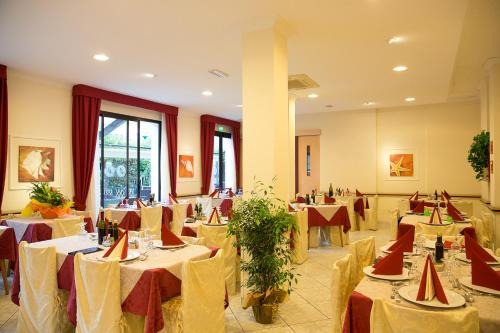 A restaurant or other place to eat at Albergo Vittoria