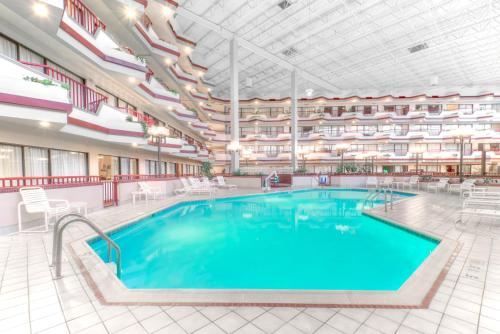 The swimming pool at or near Howard Johnson by Wyndham Lima