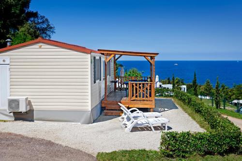 Ein Patio oder anderer Außenbereich in der Unterkunft Orsera Camping Resort by Valamar