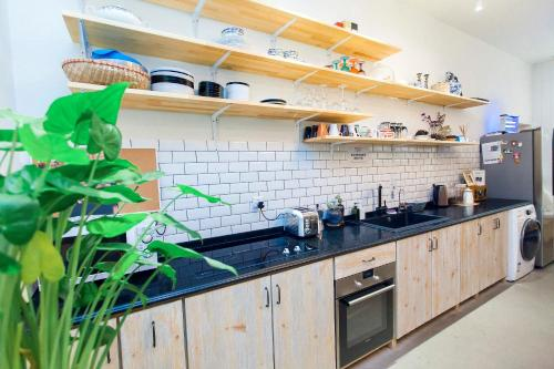 A kitchen or kitchenette at Iris Hotel Beijing Temple of Heaven