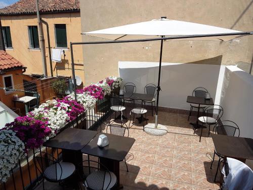 Un restaurante o sitio para comer en Al Portico Guest House