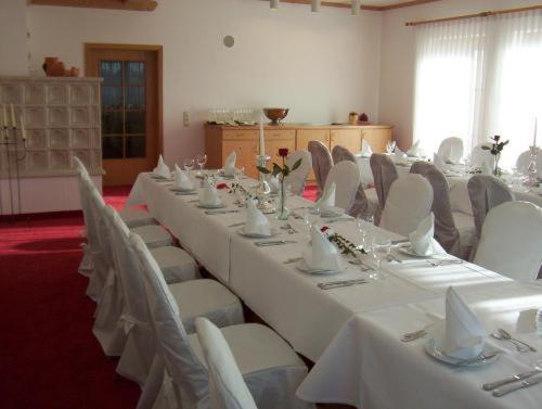 Ein Restaurant oder anderes Speiselokal in der Unterkunft Hotel Restaurant Adler