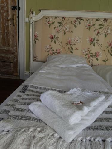 En eller flere senger på et rom på Gjestehuset IBSEN