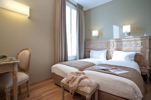 A bed or beds in a room at Hôtel Du Printemps