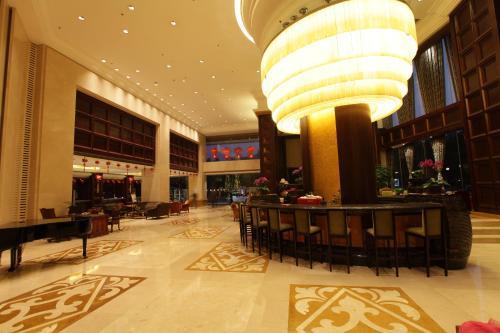 منطقة البار أو اللاونج في فندق غراند روايال